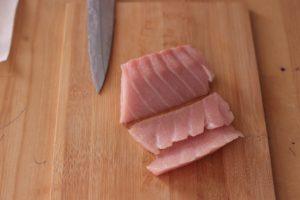 半分に切った大トロを向きを変えて寿司ダネ用に切る