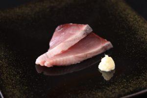カツオの腹側の刺身とおろし生姜