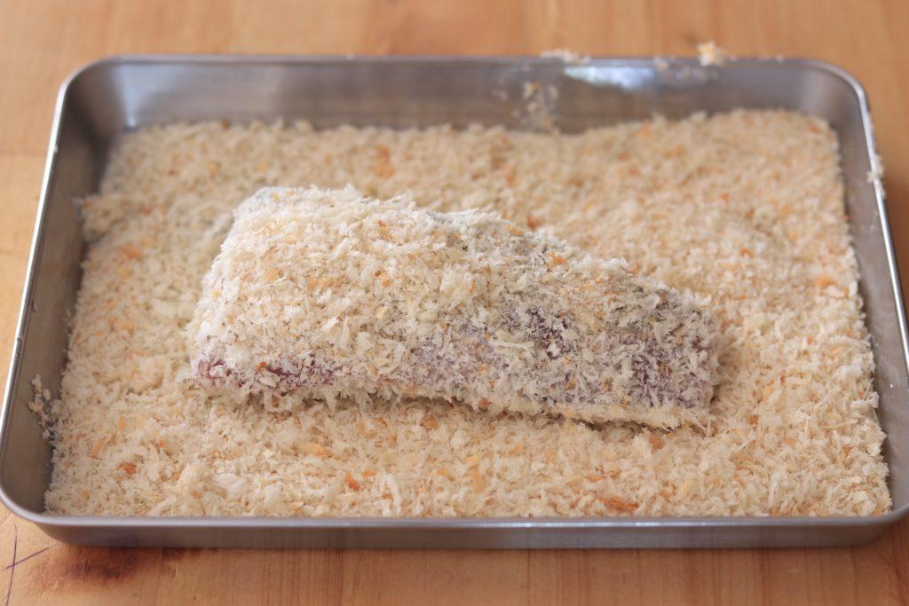 カツオにパン粉をつける