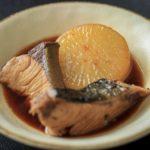 煮詰めた煮汁を絡ませて器に盛り付けたブリ大根