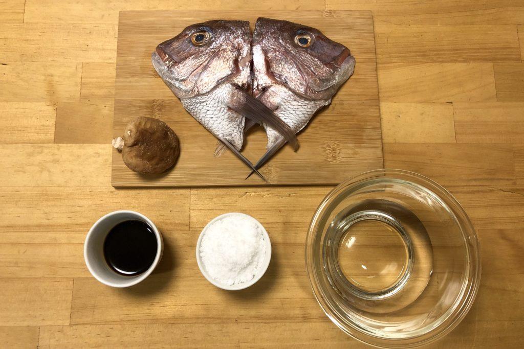 半分に割った鯛の頭と調味料