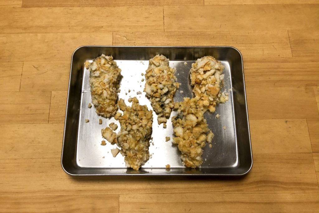 砕いたおかきをつけた牡蠣