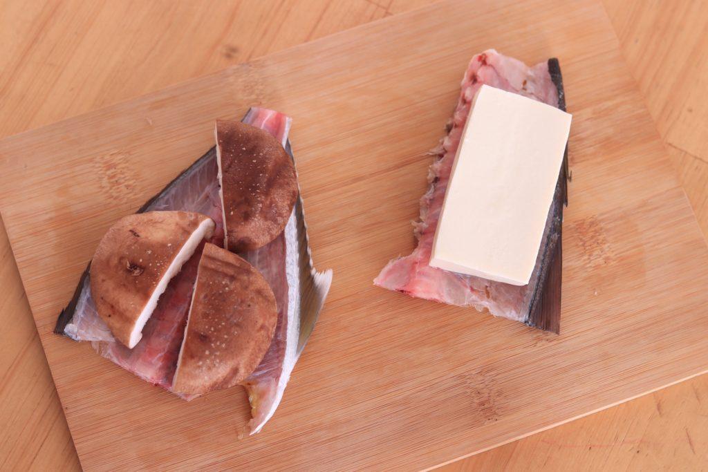 カンパチの中骨の上に乗せた椎茸と豆腐