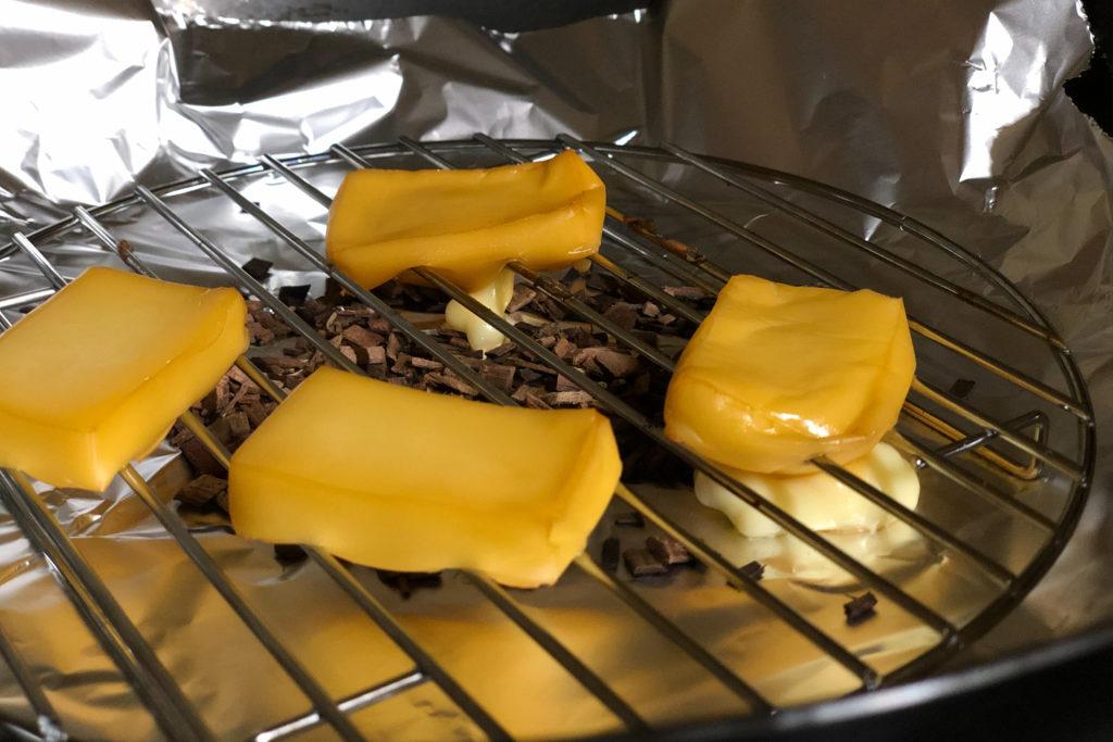 燻製中に溶け出したチーズ