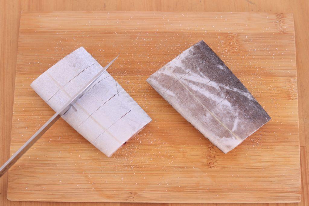 切れ込みを入れて塩をふったタチウオの切り身