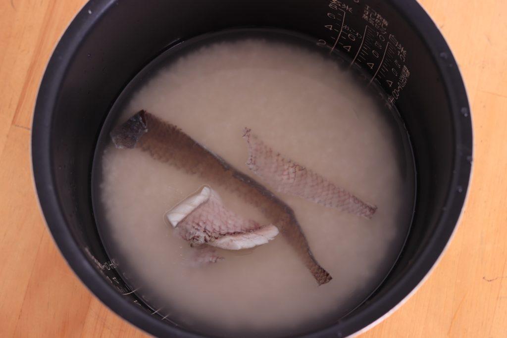 お釜の入ったお米とタイの皮